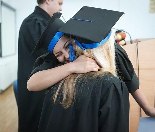 La importancia de mantener el contacto con amigos de la universidad después de graduarte